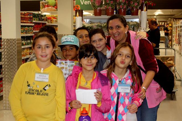 Alunos do 4º ano A visitam supermercado Jacomar.