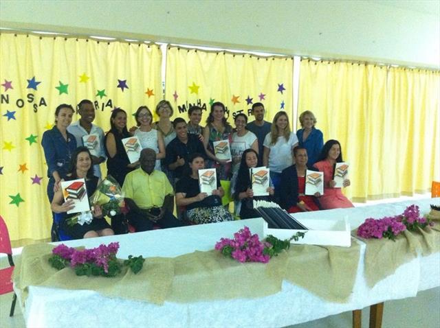 """Livro """"Nossa história, minha história"""" reúne biografias de estudantes da EJA"""