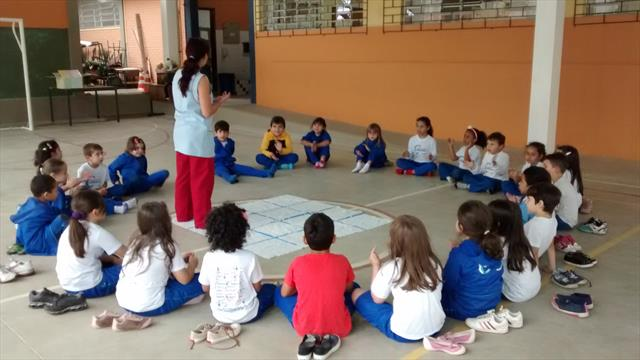 Professora Fernanda explicando a atividade.