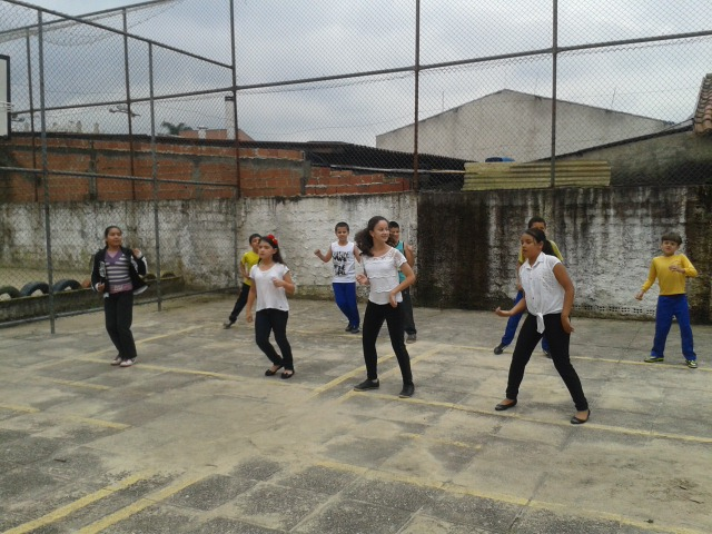Estudantes trabalham com a linguagem de dança.