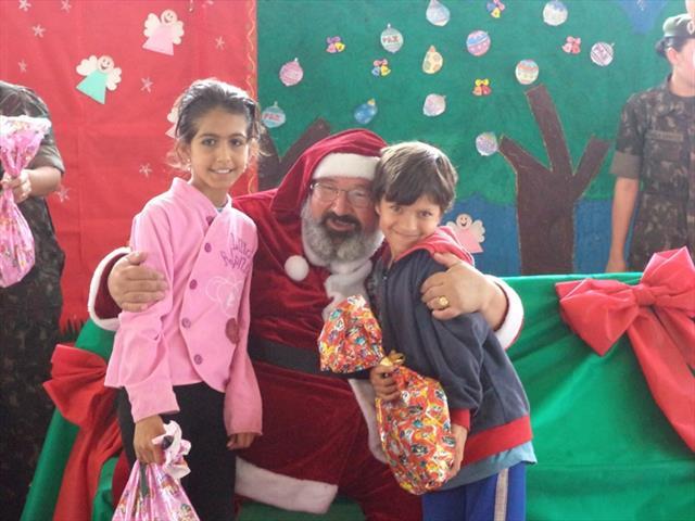 Alunos de CMEI e Escola Municipal do núcleo Boqueirão recebem presentes de Natal, uma ação do 5º Quartel General