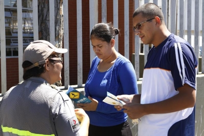Pais e estudantes recebem orientação de trânsito na volta às aulas