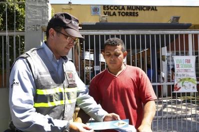 Pais e estudantes da EM Vila Torres recebem orientação de trânsito na volta às aulas