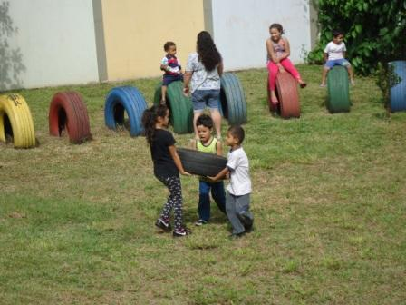 Crianças ajudando
