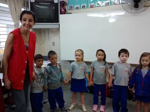 Alunos participam de atividade com professora Simo
