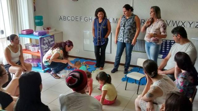 Famílias participam de atividades no CMEI Curitiba