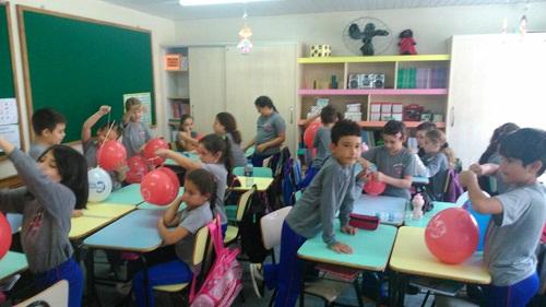 Professora Ciliana realiza aula de ciências divert