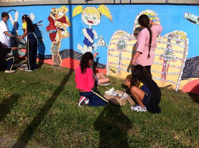 Muro de escola se transforma com mosaico montado p