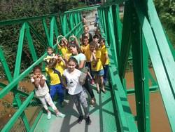 studantes fazem visita ao rio Barigui para ver a s