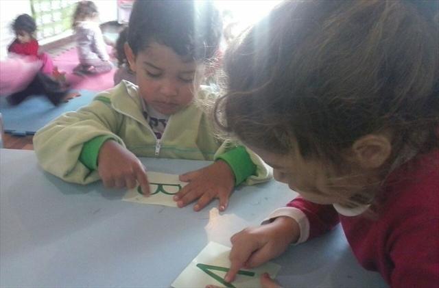 com massinha de modelar enquanto brincam as crianças aprendem a letra inicial do seu nome.