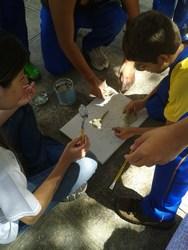 Estudantes realizam obra de arte na prática artíst