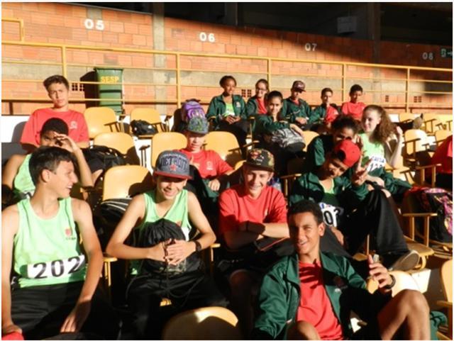 Atletas reunidos aguardando para participar das atividades.