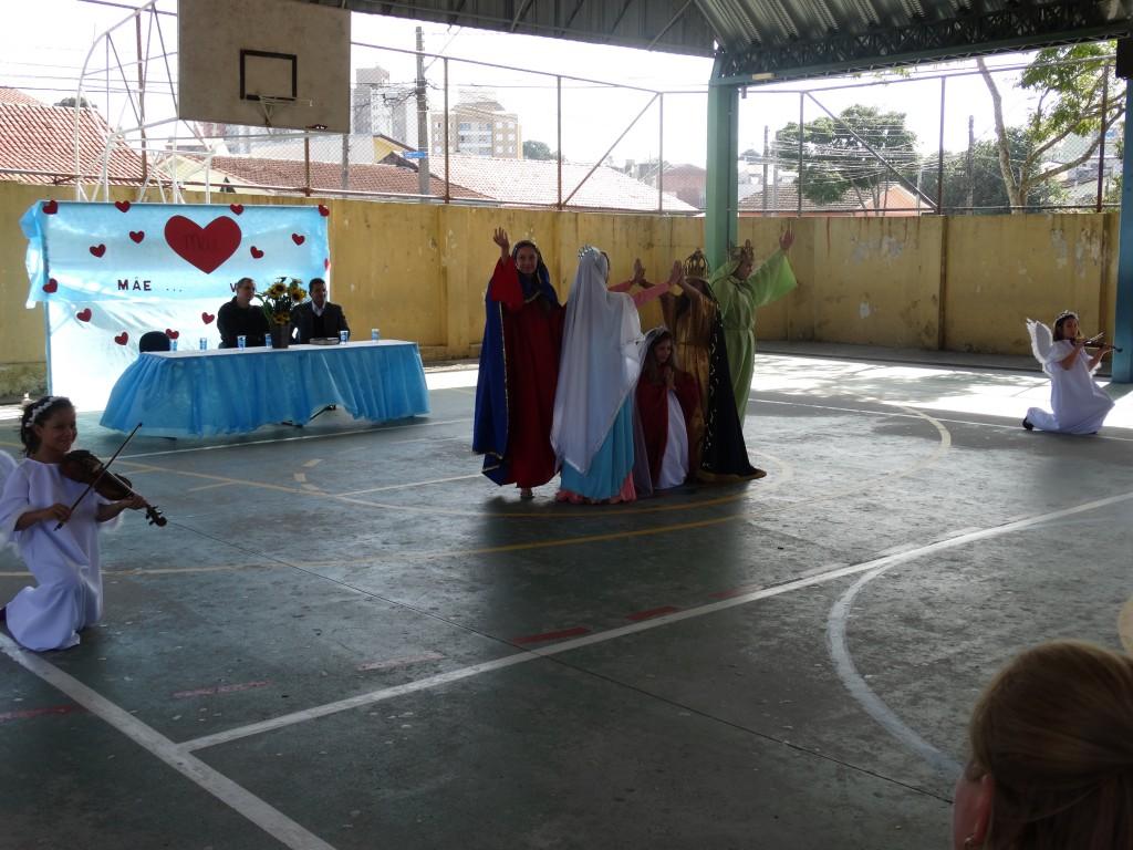 OS ALUNOS DA MANHÃ HOMENAGEANDO MARIA, O SÍMBOLO DO AMOR DE TODAS AS MÃES.