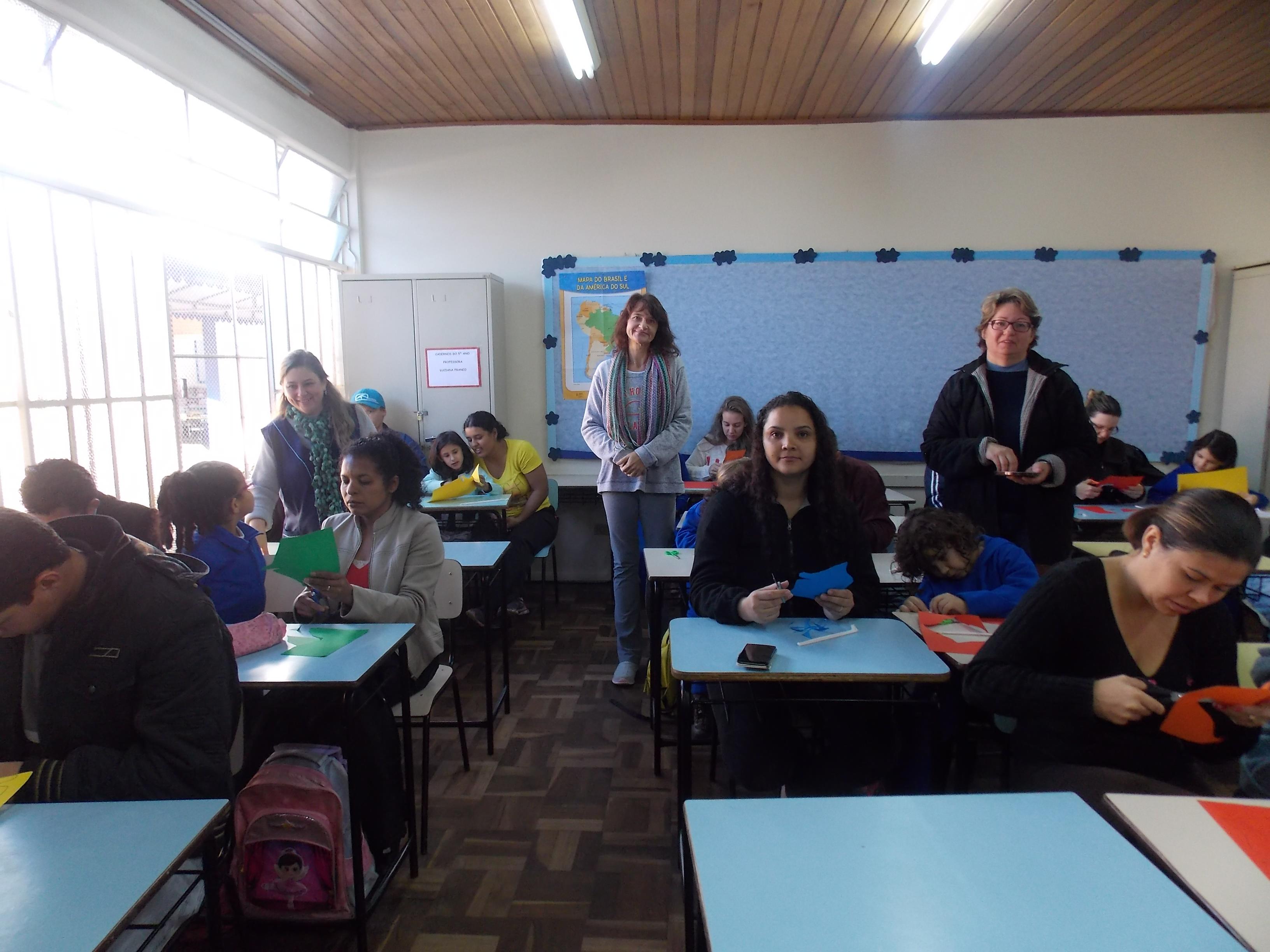Professoras orientando as atividades
