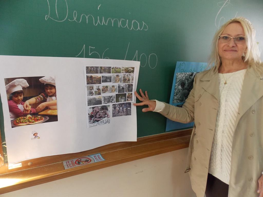 Professora e o cartaz realizado pela turma