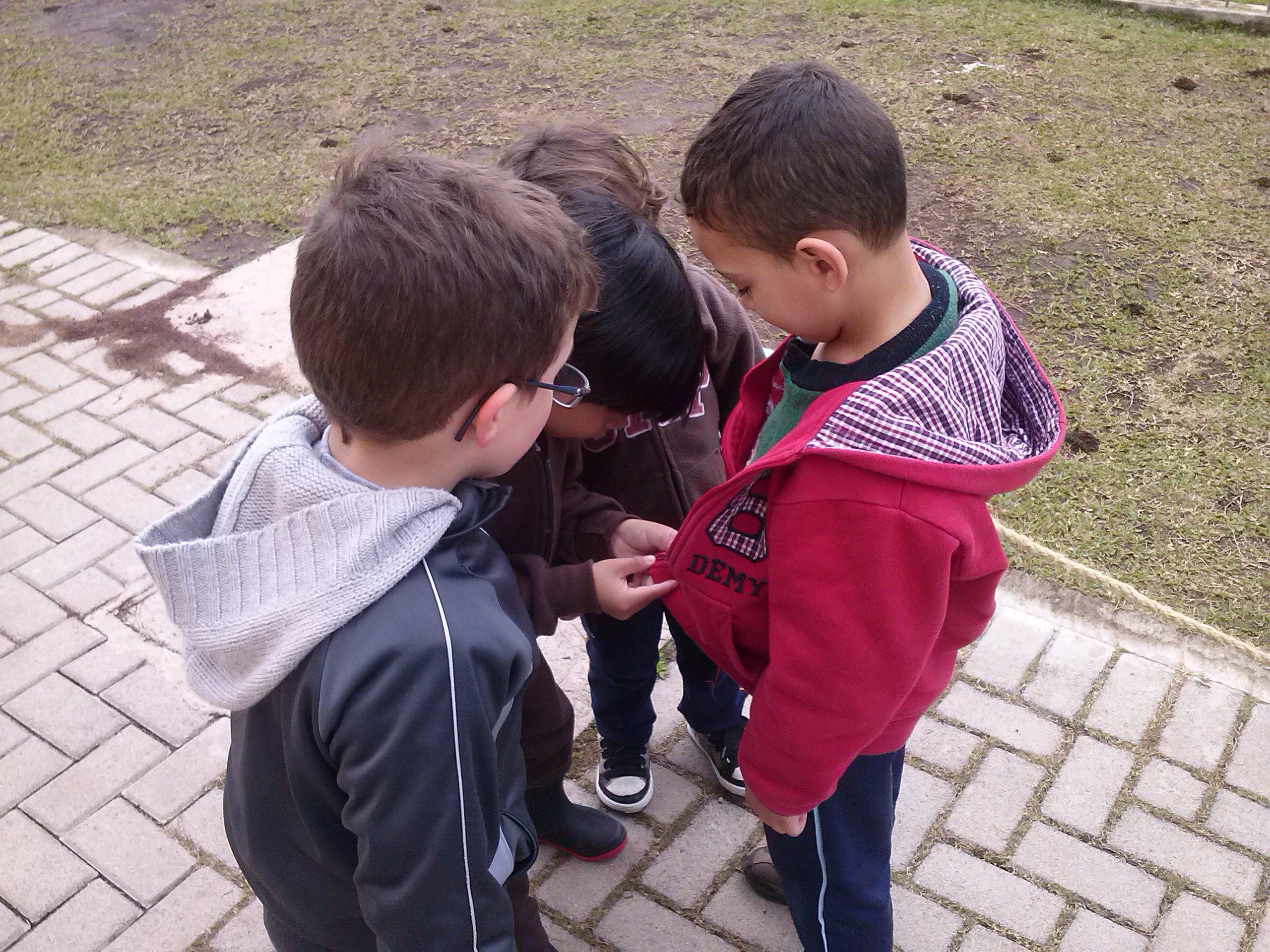 Ajudando o amigo da escola a fechar a blusa!
