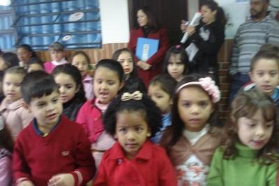 crianças apresentando as homenagens