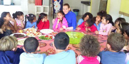 Fazendo: Espetinho de frutas e a docente Jaqueline