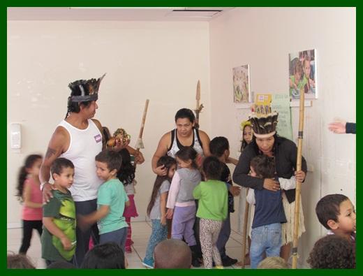 crianças dançando com os índios