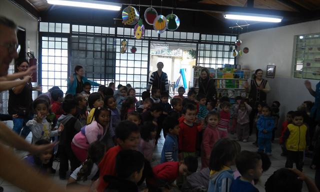 Nós realizamos dança, ginástica e alongamento.