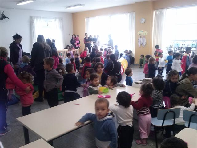 Todas as crianças do cmei juntas com varias atividades.