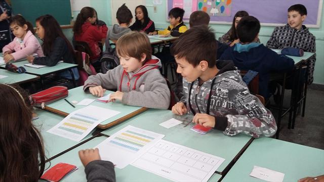 """Alunos do 5º ano A aprendem sobre frações através do jogo """"Papa todas"""""""