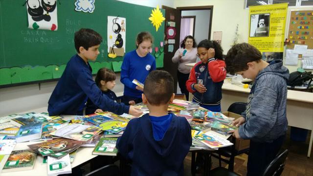 Escolas da Regional Cajuru recebem livros e comput