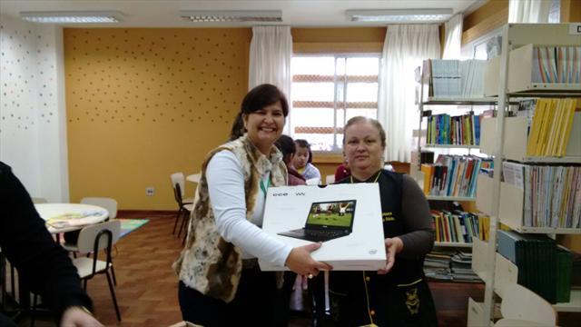 Escolas da Regional Cajuru recebem livros e computadores