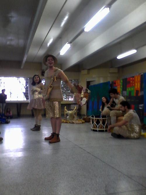 Peça teatral retrata regiões brasileiras e encanta alunos do CEI David Carneiro