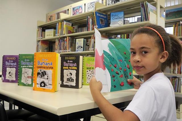 Prefeito entrega bibliotecas em quatro escolas da
