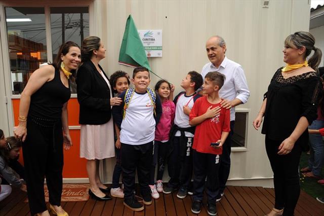 Prefeito entrega bibliotecas em quatro escolas da rede municipal