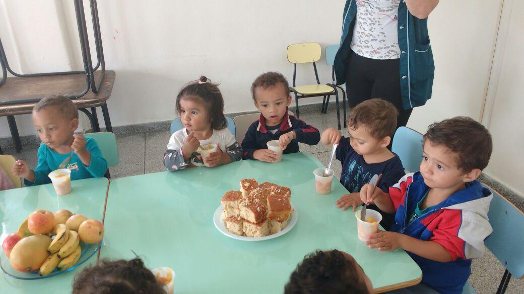 Crianças se deliciando