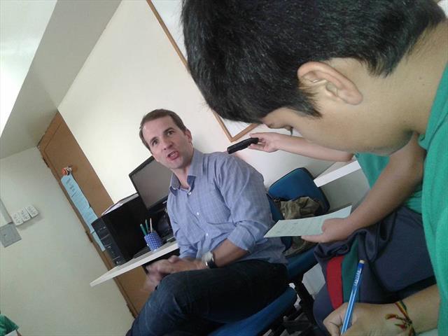 Jornalista Rodrigo Leite, da Rádio T visita o Sandino. E é entrevistado pelos jornalistas mirins do SandiNews.