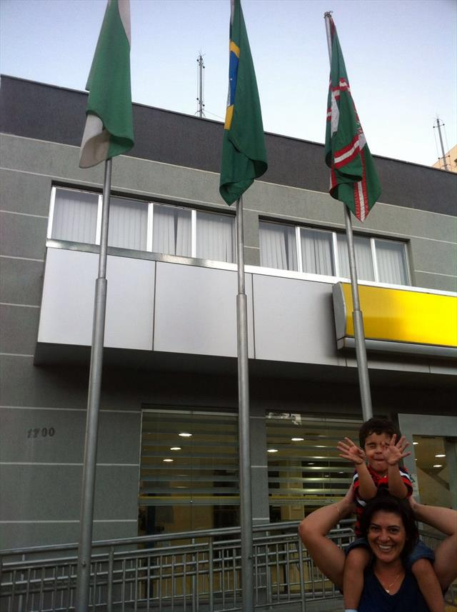 Desafio: Encontre a bandeira de Curitiba e tire uma foto com seu (a) filho (a).