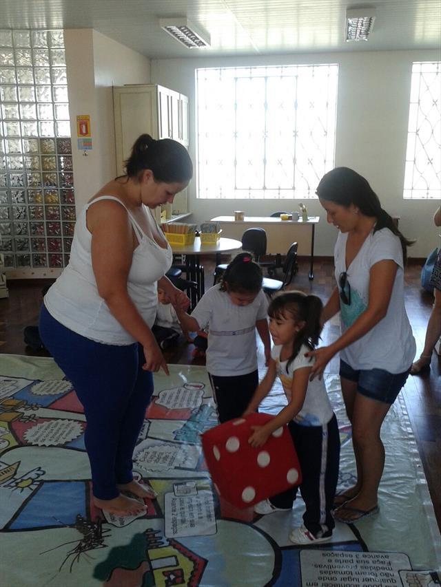 Mães na escola: jogo da Dengue