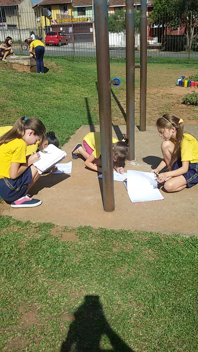 Alunos do 5º ano C exploram os espaços para aprend