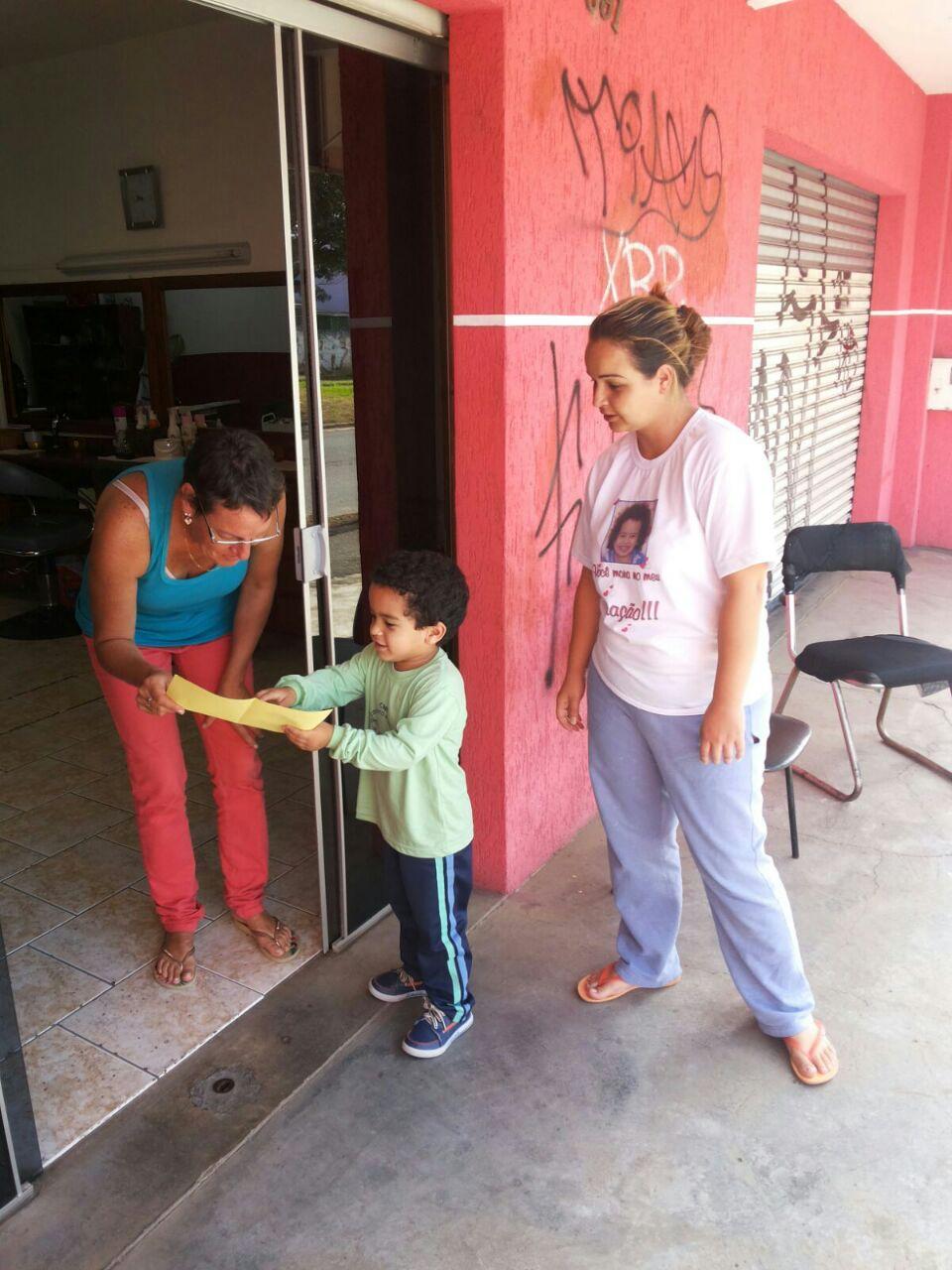 Francisco - 4 anos - entregando panfleto