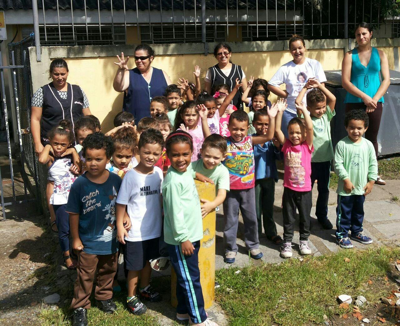 Crianças e professoras do Pré II fazem panfletagem