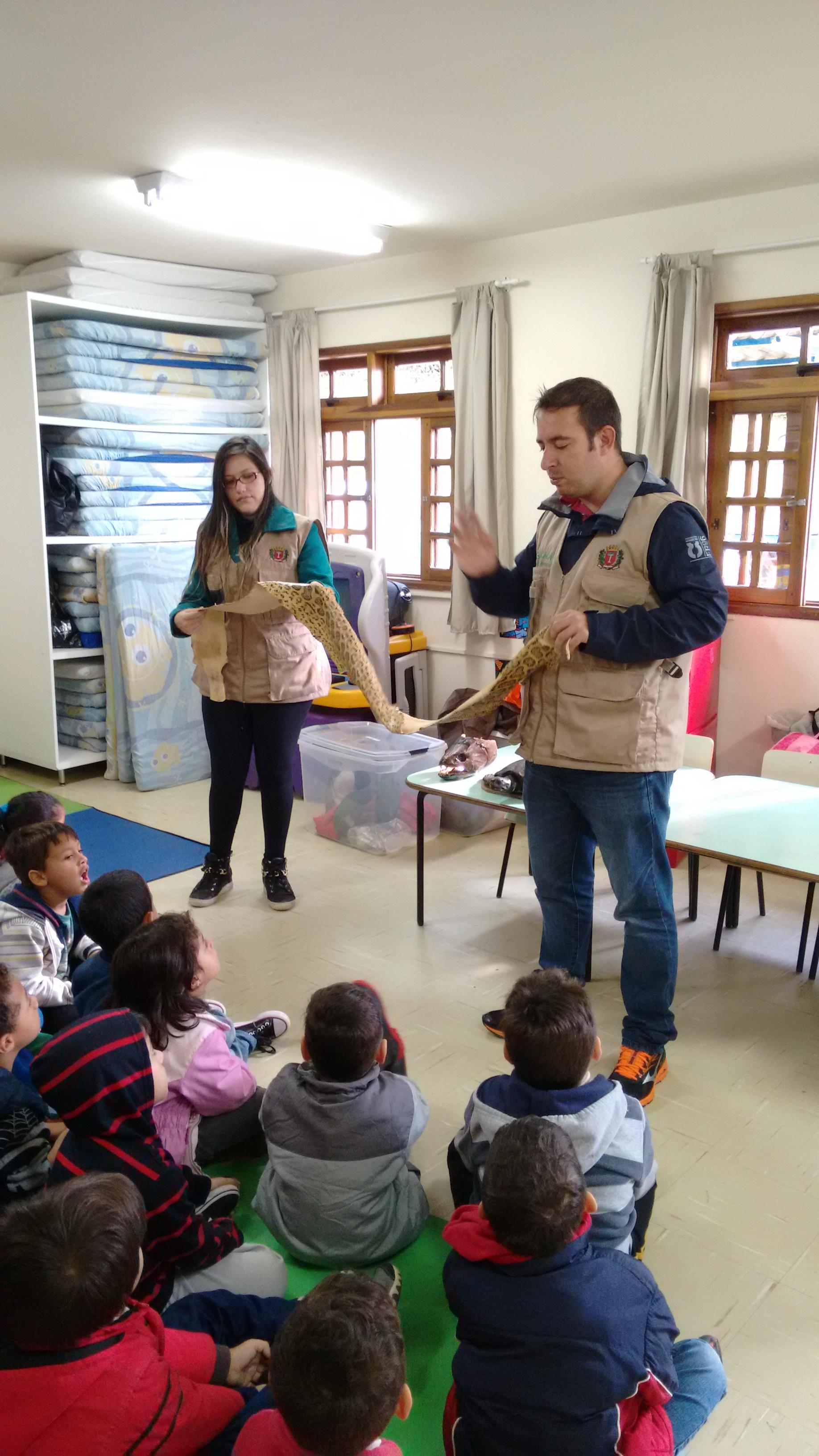 Crianças aprendendo sobre a alimentação dos animais!