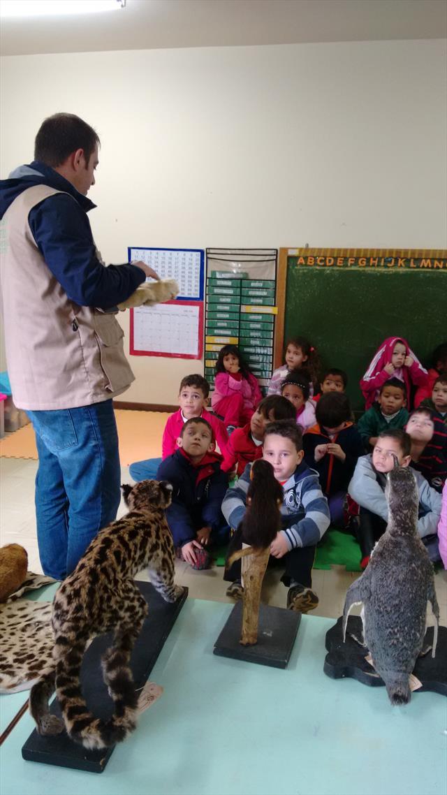 Biólogo da SMMA apresentando os diferentes grupos dos animais!