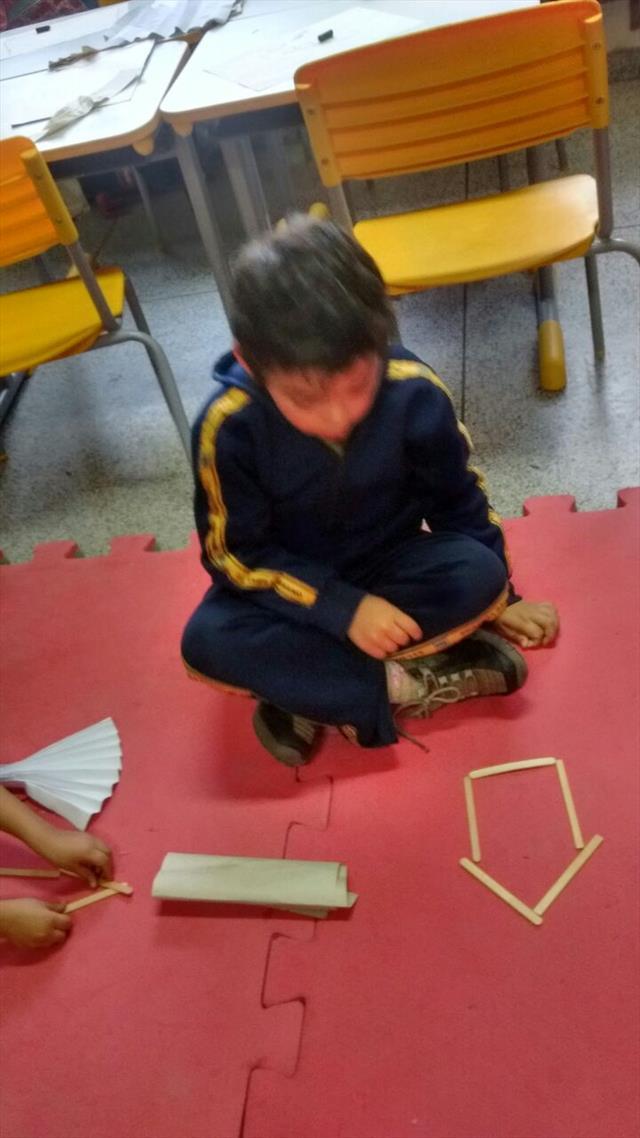 As crianças aprendendo sobre moradias.