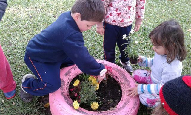 Crianças do Pré I B participam da revitalização do espaço externo do CMEI