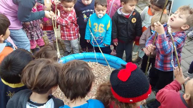 Crianças do CMEI São Braz comemoram os aniversários do semestre com Festa Junina interna
