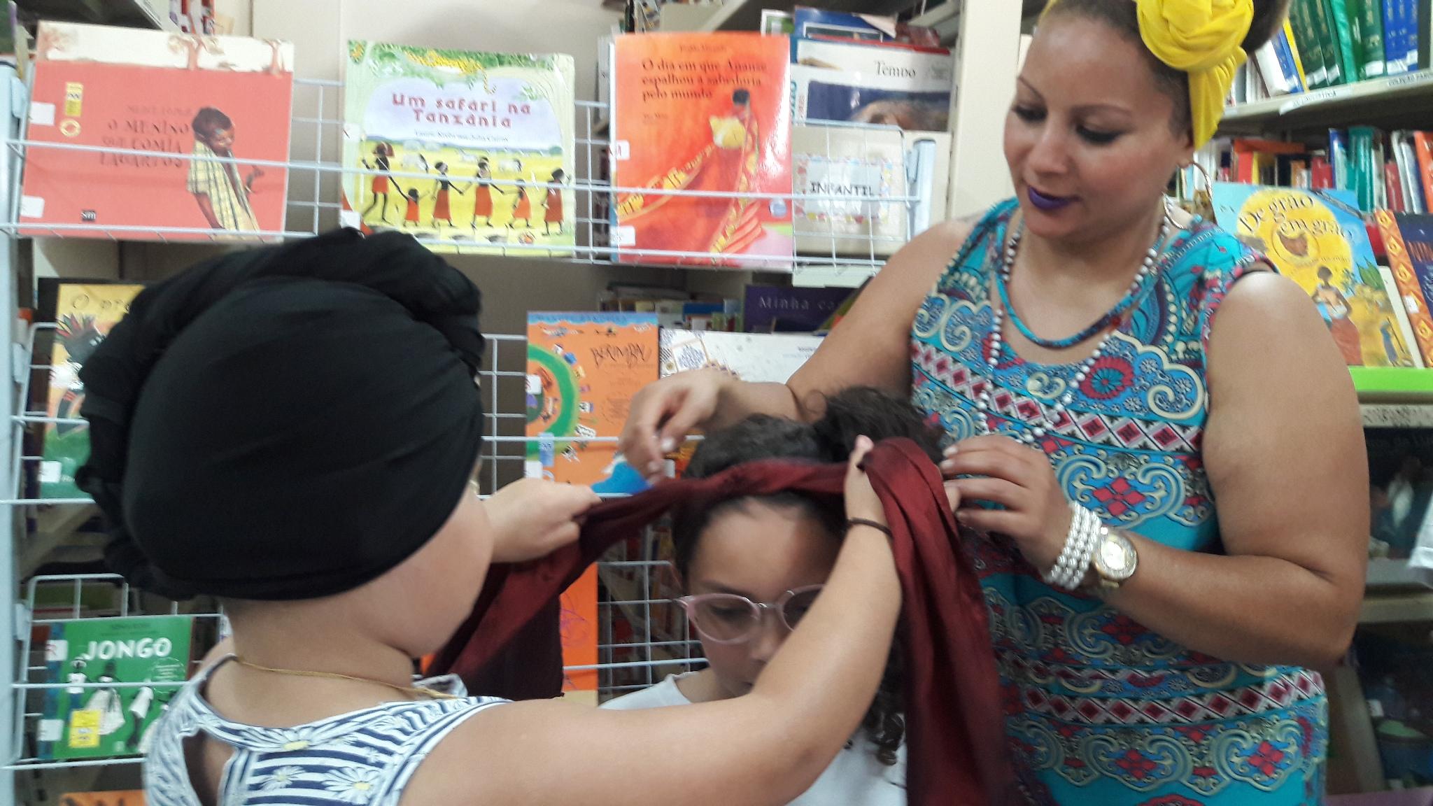Andreia ajudando a mãe