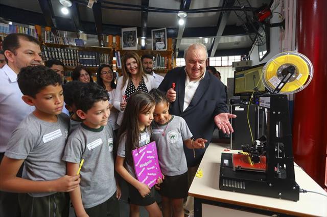 Crianças transformam ideias em objetos reais no Farol do Saber e Inovação
