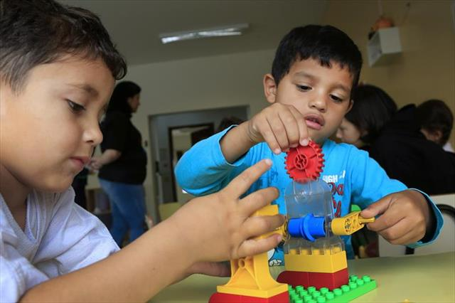 Crianças pequenas aprendem noções de robótica com os