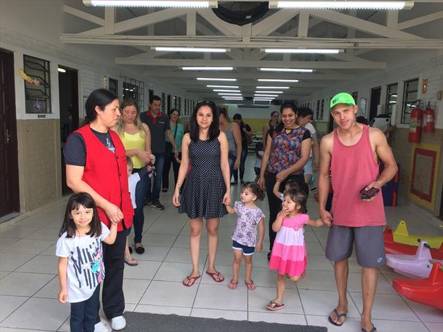Saída do CMEI com as famílias.