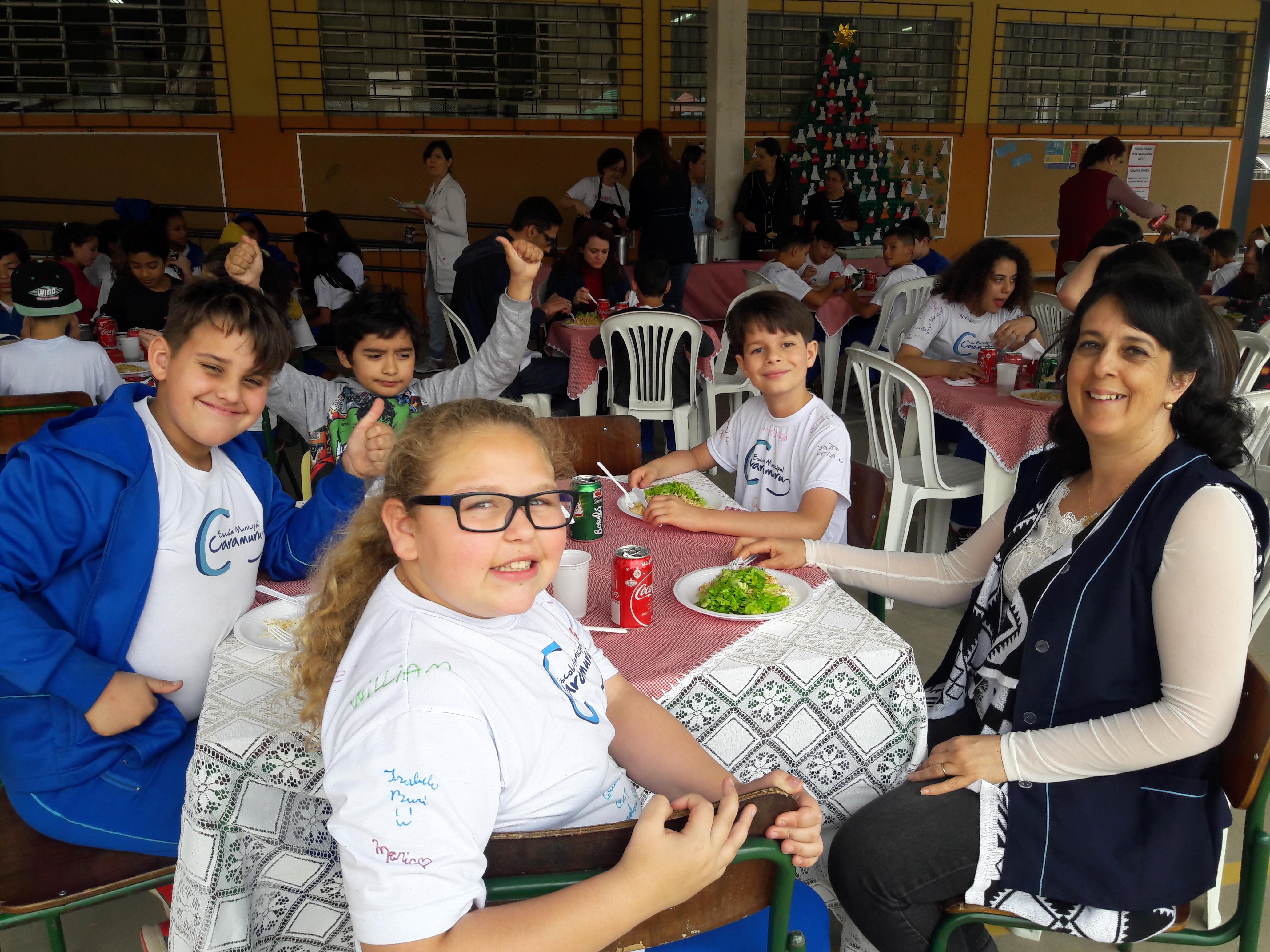 Professora Sandra com seus alunos