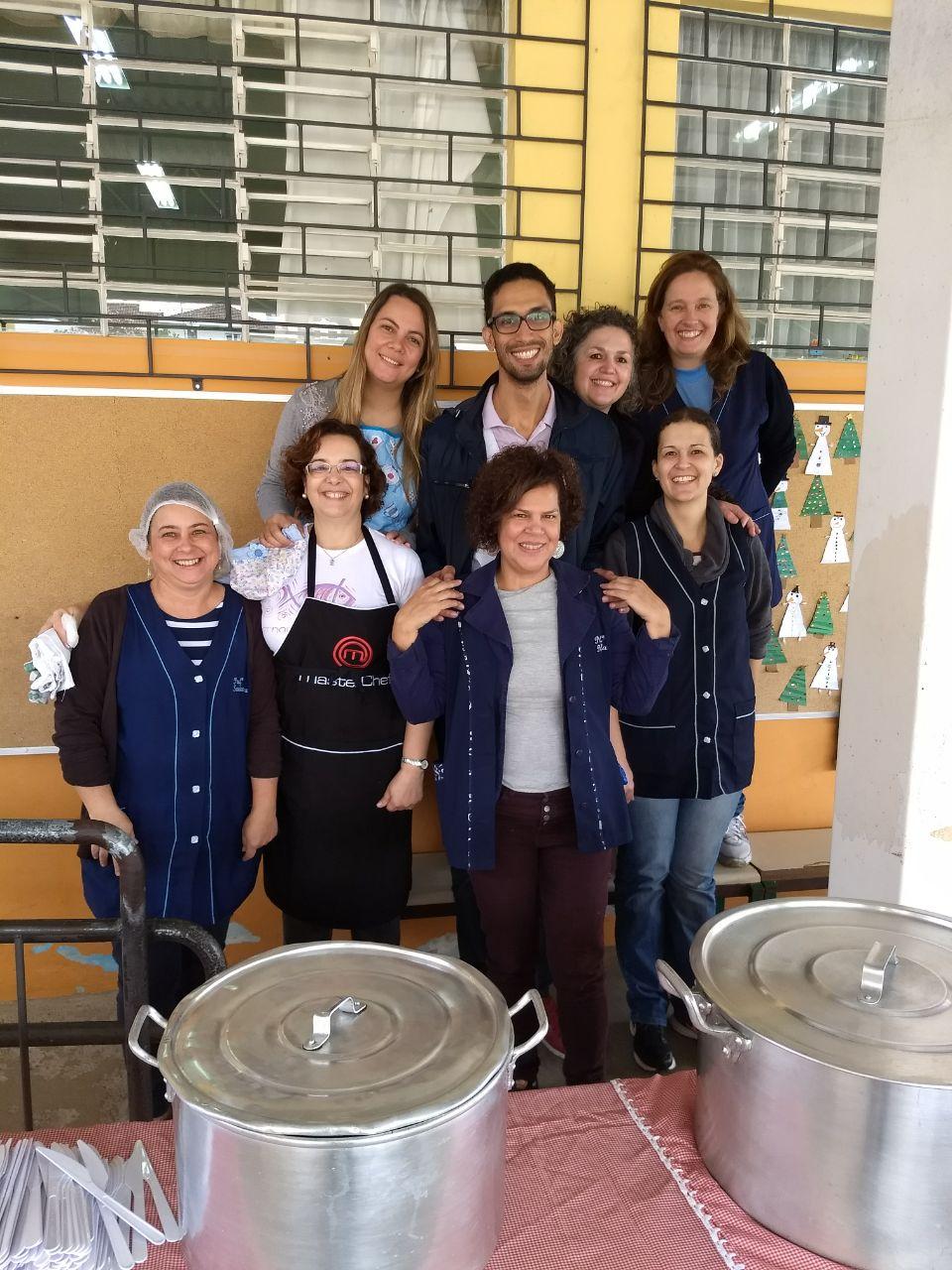 Equipe para organizar o almoço e servir os estudantes