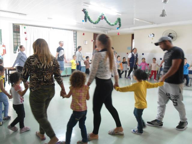 Integração com dança e chá: Família e CMEI